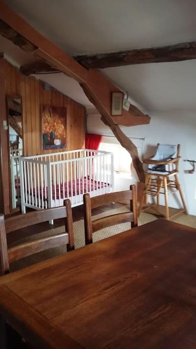 dans la chambre du haut, un coin pour bébé