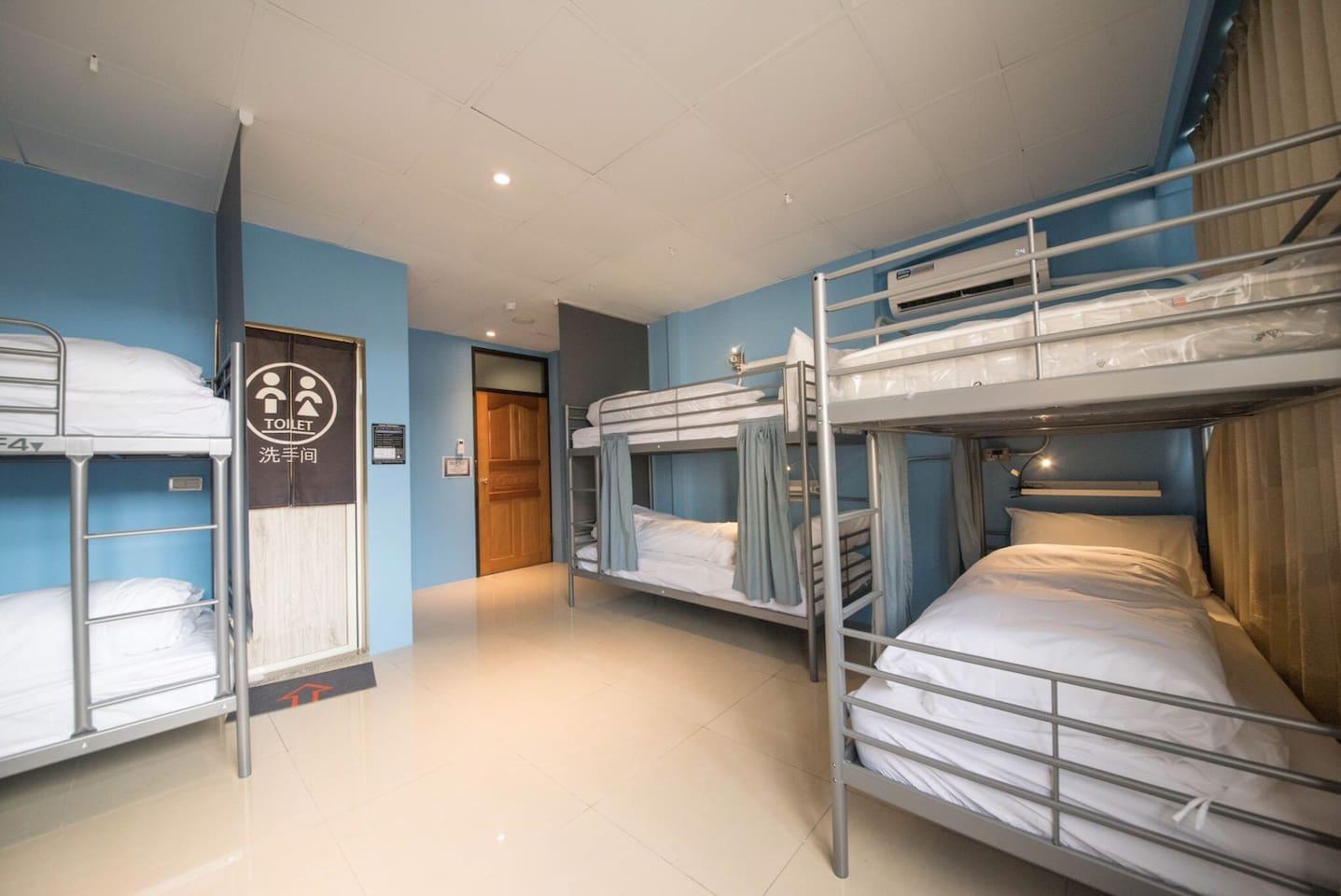 床型皆為上下舖,單人床墊。 每床皆有獨立私密窗廉、床頭燈、萬用插座。客房內禁止飲食。