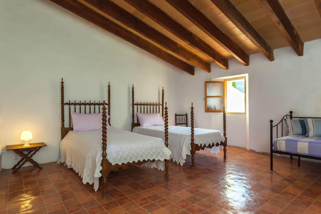 2- Bedroom 3 single beds