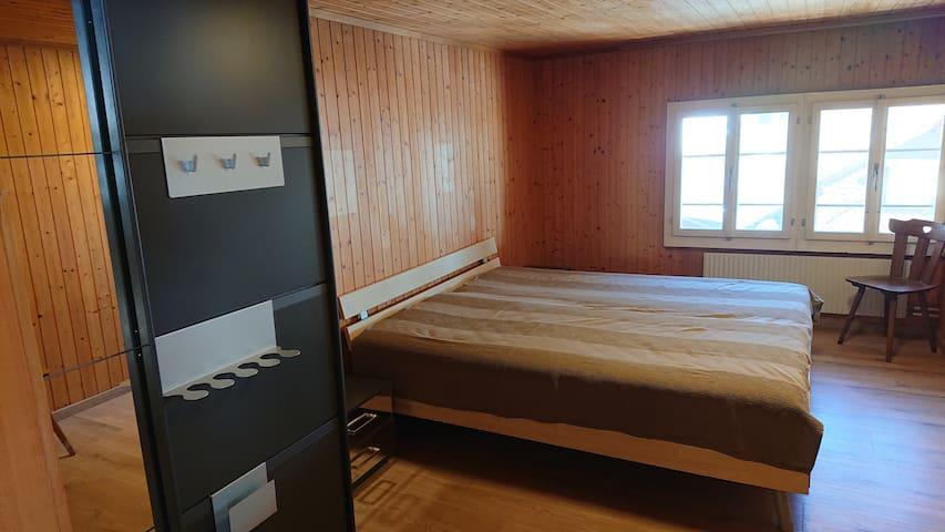 ... Schlaf Raum 1, ausgerüstet mit Doppelbett - Gesunheitsmatratzen 2x90x200cm, Kleiderschrank, Nachtischen...