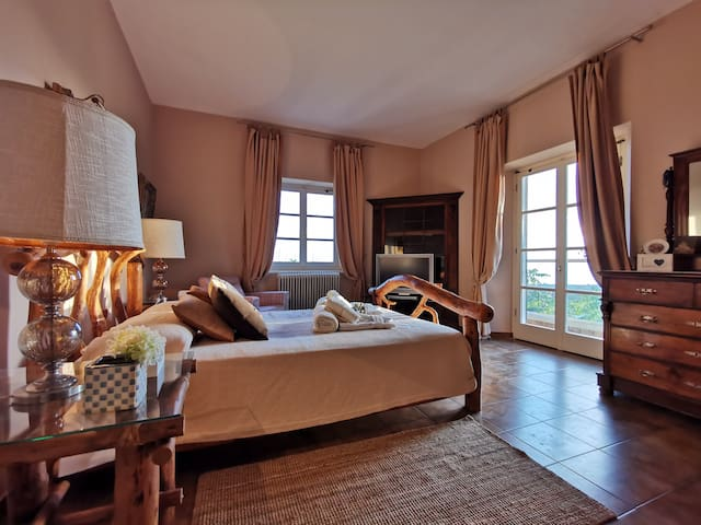 A soft bed with a view of the sunset - Top floor Master Bedroom