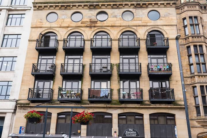 Leeds City Centre 2 bed/2 bath apart & 3 balconies