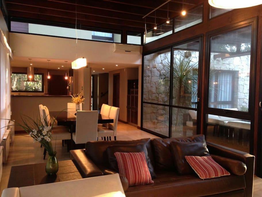 Moderna casa minimalista para 8 casas en alquiler en for Casa minimalista argentina