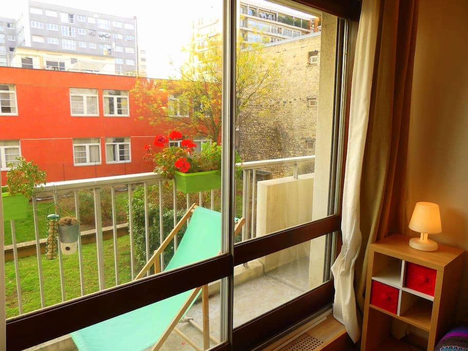Jolie balcon fleuri avec un transat pour profiter du doux soleil parisien (orientation sud-ouest)
