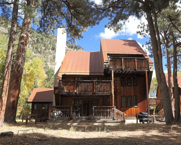 Nostalgic 3 Story Chalet. Stream. Forests. Views. - Nathrop - Hus