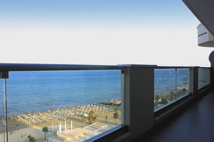 3B Luxury Seafront (Pool&Gym) - Finikoudes Beach