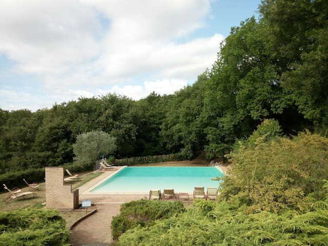 piscina con vista panoramica, ideale per la tua vacanza in Umbria/swimming pool with stunning views, perfect for your holidays in Umbria