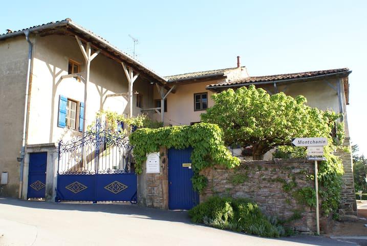 Les Portails Bleus, Chambres et Tables d'Hôtes - Azé - Penzion (B&B)