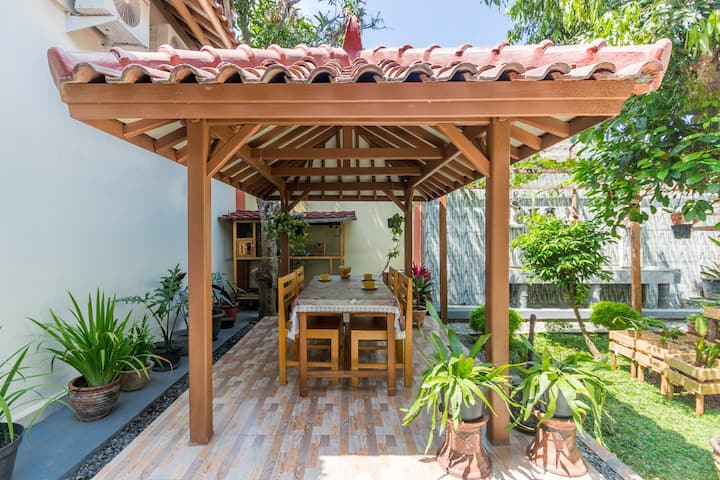 3 Rooms Living with Comfy Tropical Atmosphere