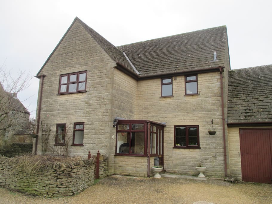 Detached village house in Cotswolds with parking at front