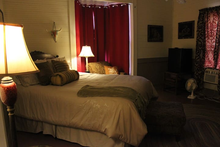 Weiss Lake Bed and Breakfast Cherokee Room