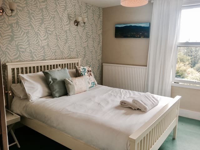 Double room with en-suite bathroom at the heart of Hurstpierpoint
