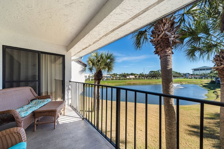Spacious & updated villa w/golf course views. Private beach access, 11 pools.