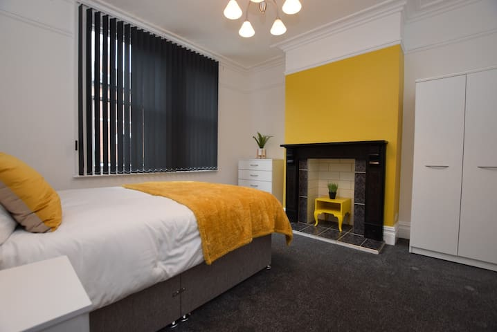 Modern Three Bed Leeds Apartment With Parking