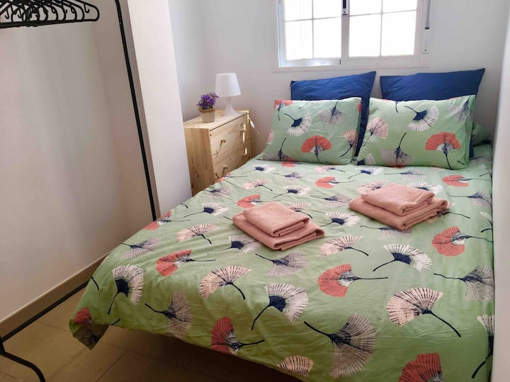 Small bedroom 10 mins from the historic centre