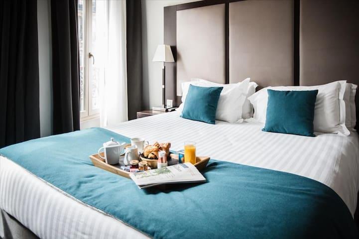 Un petit-déjeuner au lit peut-être ?  A breakfast in bed maybe?