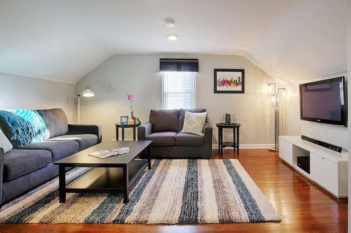 Buffalo Joe's Village Oasis: 5★ Modern Luxury Home