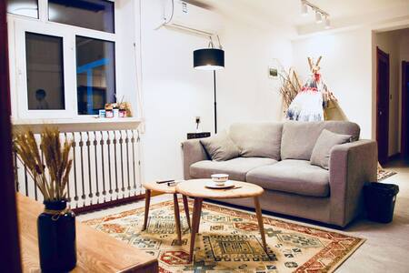"""市正中心江景公寓,具有呼伦贝尔民族风情屋内的""""神仙柱"""""""