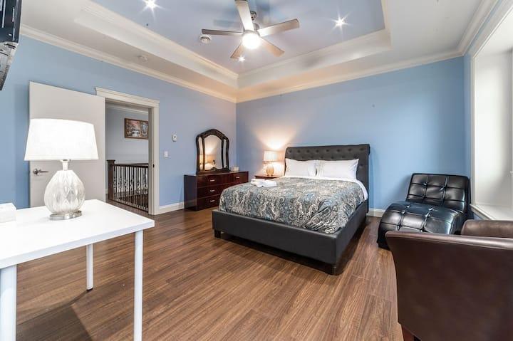 Master Bedroom-Jacuzzi and Huge Walk-in Closet