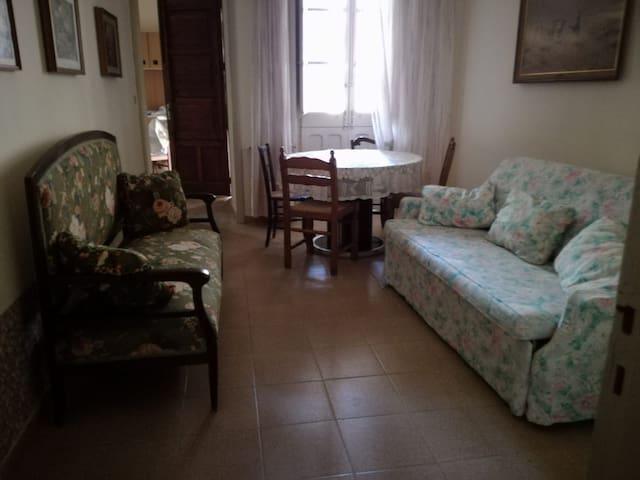 Sala giorno con divani e tavolo