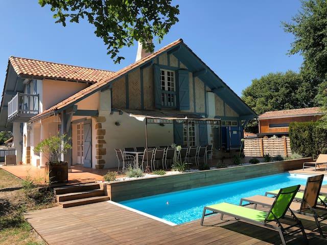 Belle et vaste maison avec piscine chauffée