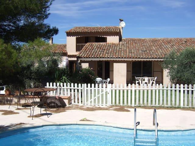 Chambre studio en campagne Aixoise piscine - Meyrargues - House