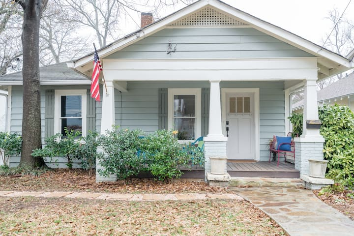 Charming 3 BR close to retail and dining!