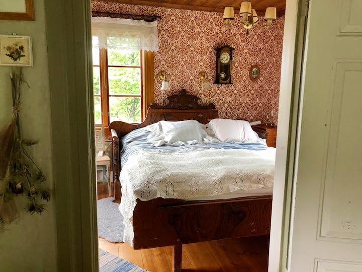 Bo romantiskt på 1700-talsgård med egen brygga