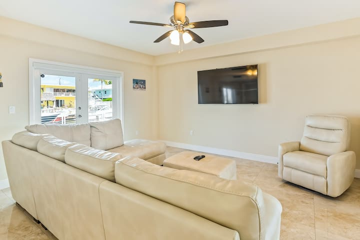 Spectacular waterfront home w/ private pool, free WiFi, & lanai - right on canal