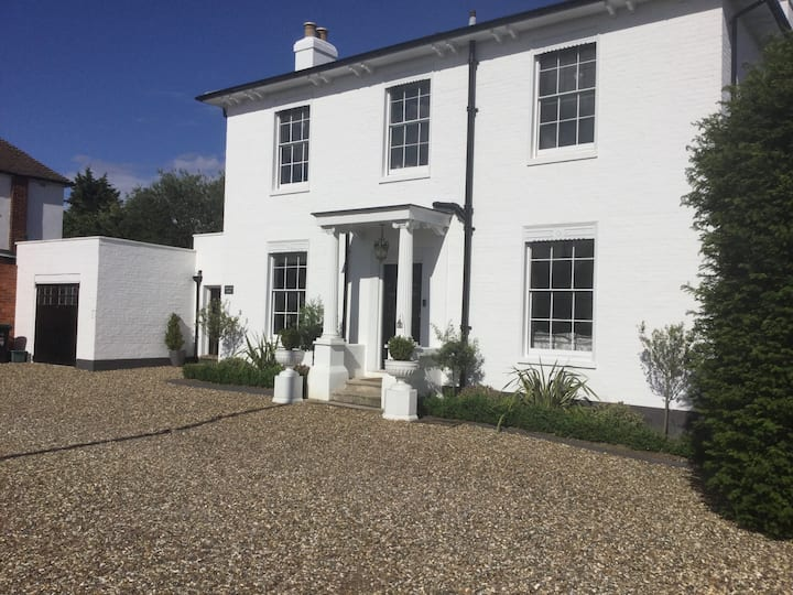 Lovely 1 Bed Cottage Close to Surbiton/Kingston
