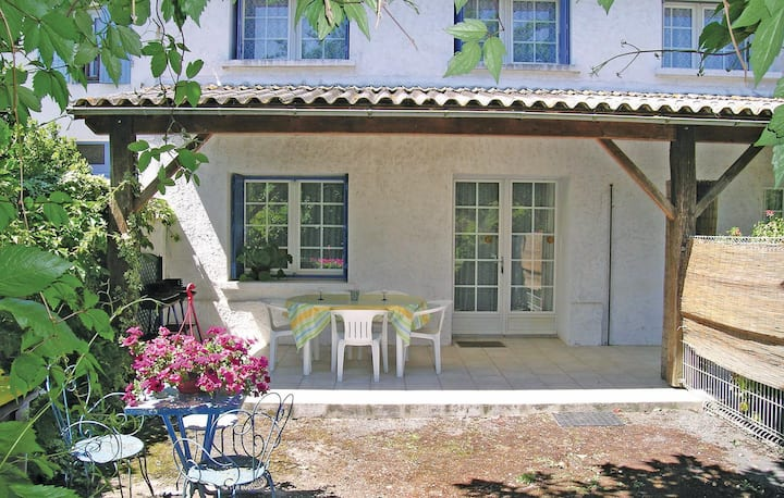 Beautiful home in Arces sur Gironde with 2 Bedrooms