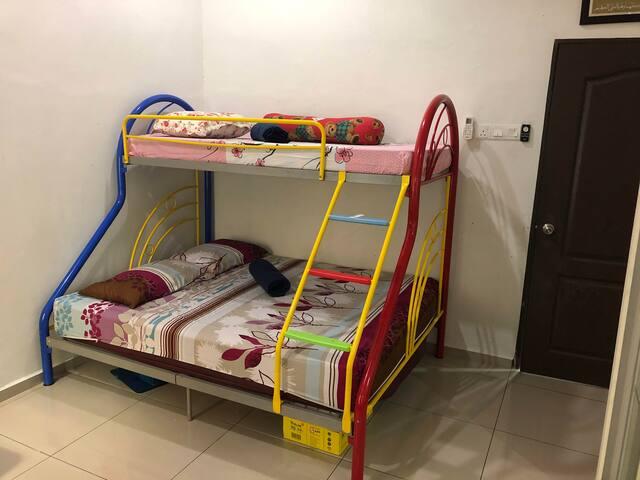 Katil di bilik ke2. Hati2 untuk yang tidur di katil atas. Jika kipas ON, hati2 kepala anda. Sebaiknya buka aircond sahaja.