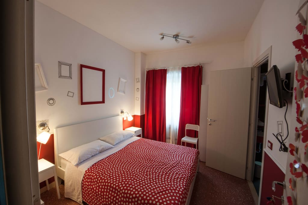 RedRoom con il bagno interno, RedRoom with bathroom iside