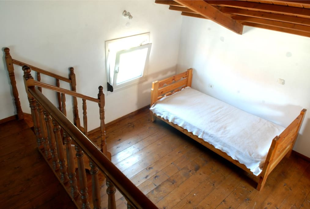 middle level with single bed