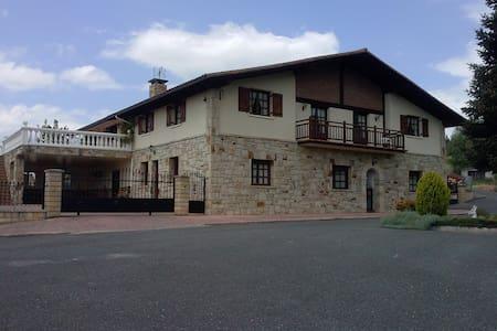 Caserio tipico del Pais Vasco renovado - Mungia - Haus