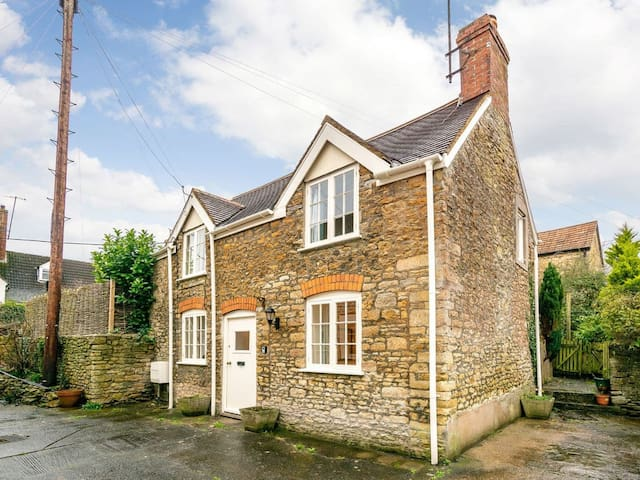 LOVELY DETACHED PERIOD COTTAGE IN CENTRAL BRUTON