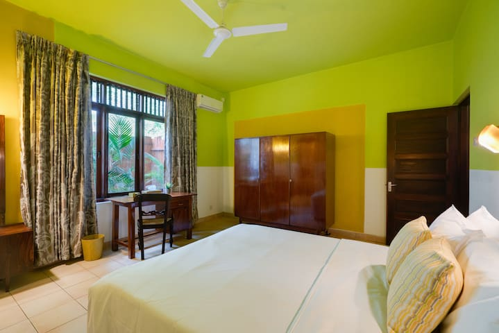 Dynamic Yellow Room in Villa Kandy Bisava House