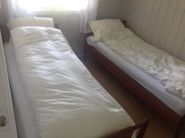 Soverom med 2 senger og 1 garderobeskap, gulvvarme