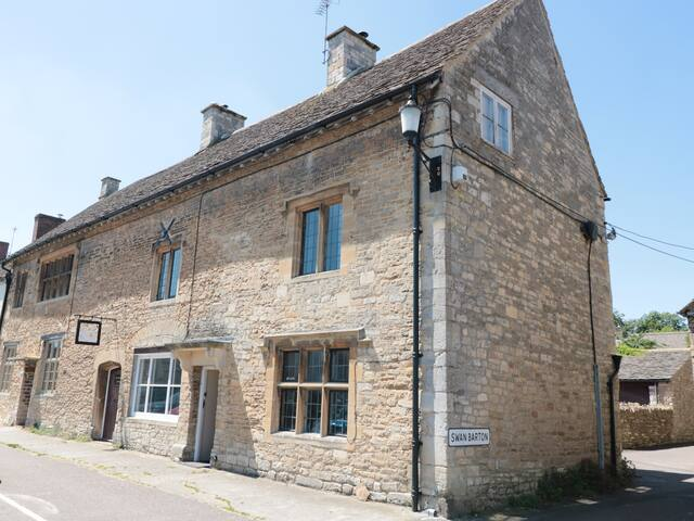 THE OLD SWAN, pet friendly, with open fire in Malmesbury, Ref 975792