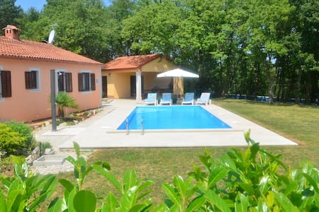 Villa Fragola - Holiday house  with large garden - Tinjan - Σπίτι