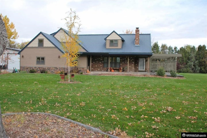 Large 6 bed home with huge yard in Worland.