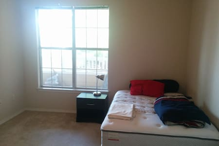 Convenient, Sunny Apartment near Raleigh - Διαμέρισμα