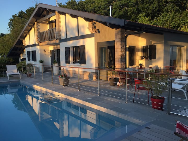 maison basque avec piscine chauffée