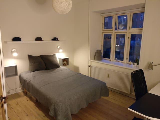 Cheap and Central: Private room next to Mejlgade - Aarhus - Apartament