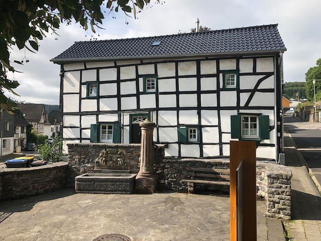 Denkmalgeschütztes Fachwerkhäuschen in Hellenthal