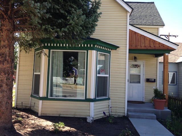 Cute 2 BR Victorian in Historic Downtown Leadville - Leadville - Rumah