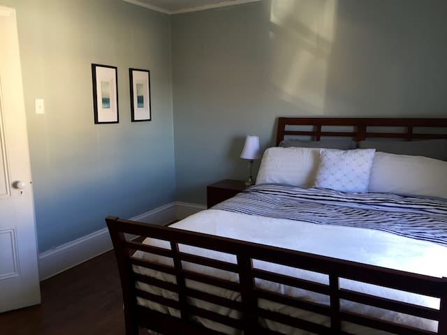 Bright and cozy bedroom with a queen bed - Yarmouth