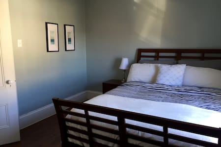Bright and cozy bedroom with a queen bed - Yarmouth - 民宿