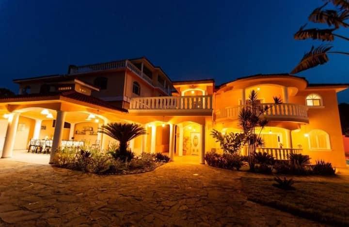 Lujosa Villa de estilo Clasico a 7min de la Playa
