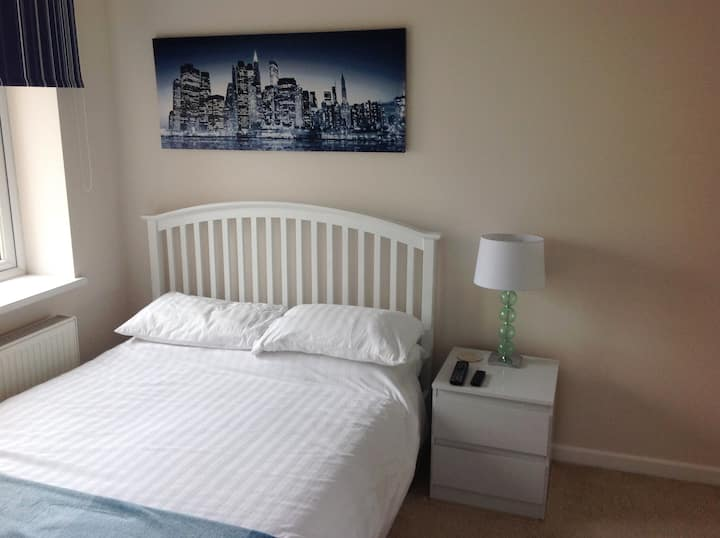 Modern Cosy Double Room-Private Ensuite Wifi TV